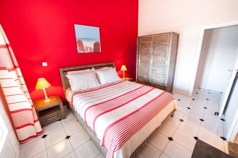 La habitación roja se abre a la terraza con una puerta de cristal, es cálido y acogedor