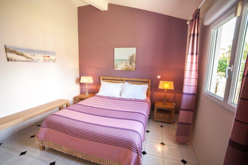 La sala de púrpura, que dan al jardín a través de una ventana, invita a la suavidad y el sueño