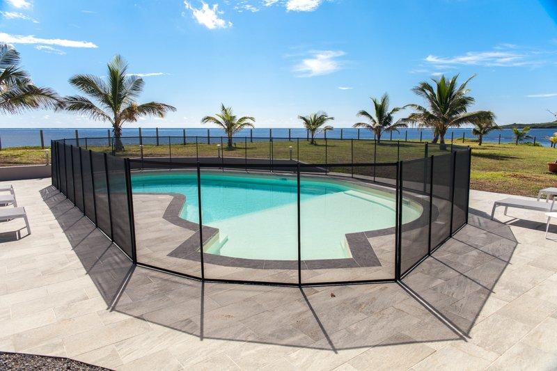 La piscina está protegida por una valla de seguridad, de conformidad con la ley