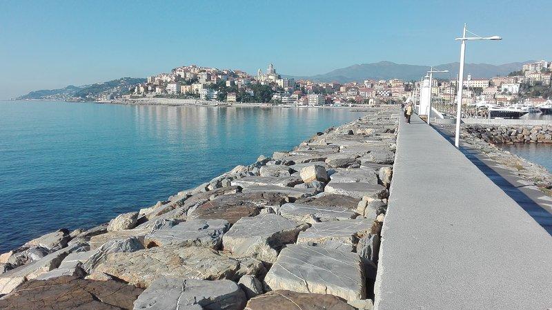el pueblo de Porto Maurizio visto desde el muelle = una joya !!!!