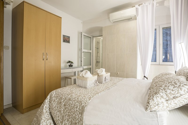 Camera da letto con letto matrimoniale e guardaroba