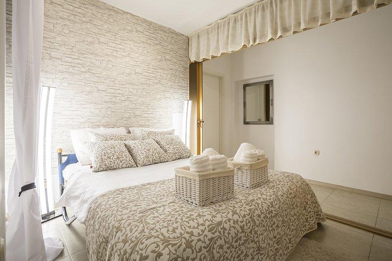 Camera da letto moderna luminosa con letto matrimoniale