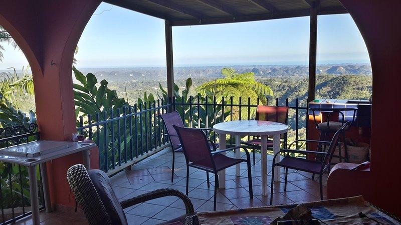 terraza cubierta con vistas al mar lejano y
