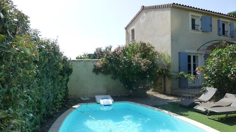 Charmante petite bastide de charme  PONT SAINT ESPRIT  avec piscine privée, vacation rental in St Just d'Ardeche