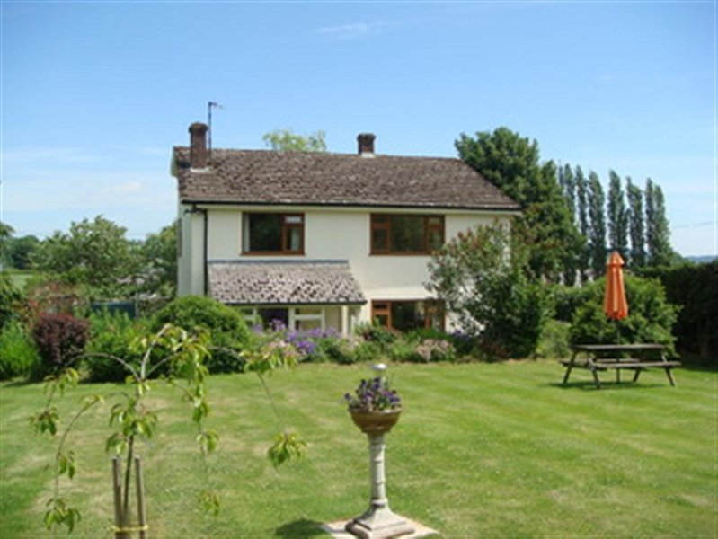 White House Cottage is a delightfully located C19th cottage in lovely gardens