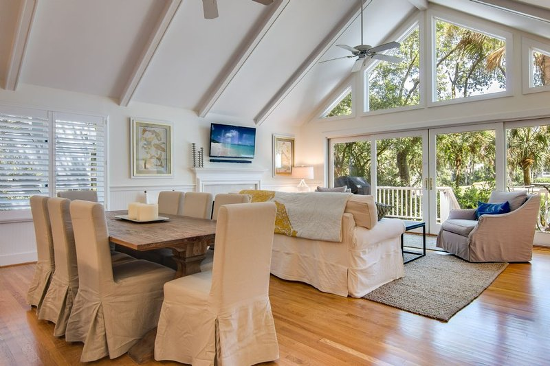 Open living area, perfect for entertaining!
