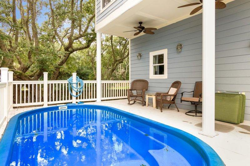 À quelques pas de la salle de séjour, terrasse de la piscine!