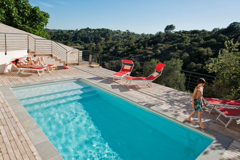 Villa Sarnia in Biot, BNB LARGE BEDROOM EN-SUITE Private, French Riviera Luxury, location de vacances à Biot