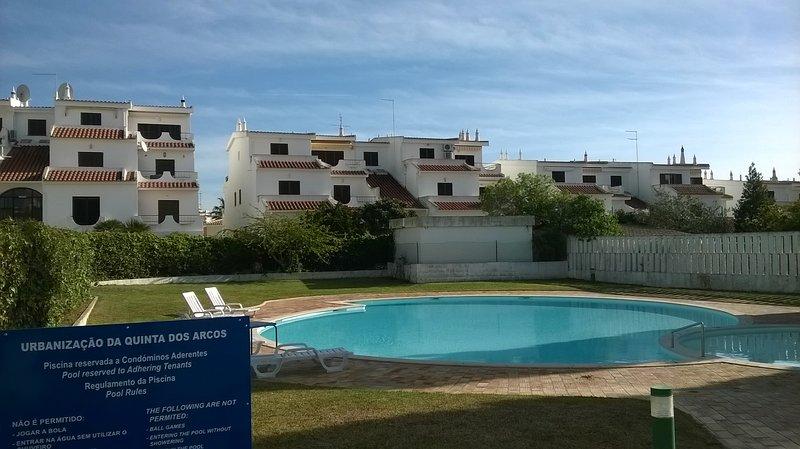 Vista da piscina com a construção atrás