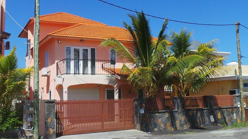 Villa Grand Gaube - Les Villas Paradis Front side with garage.