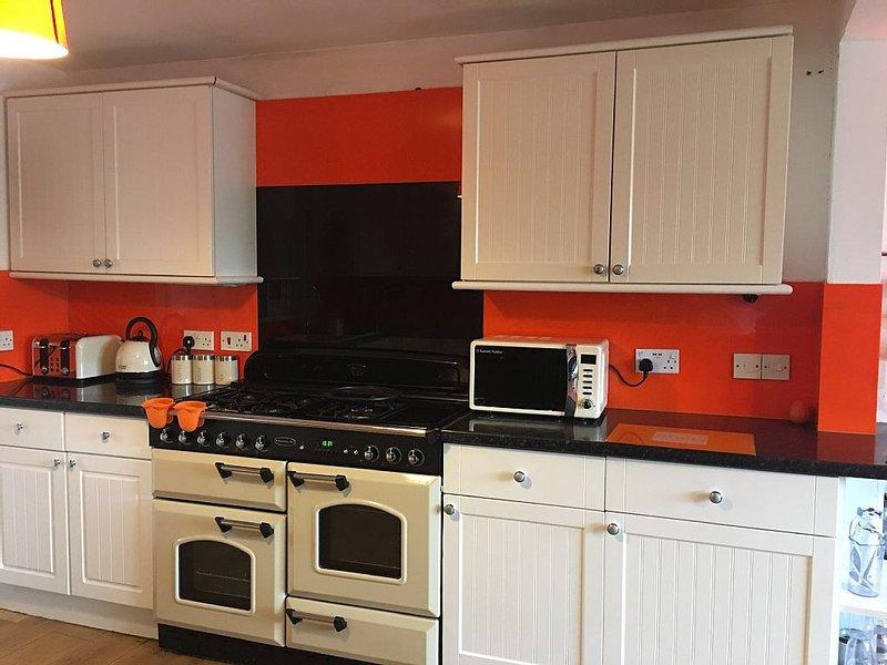 Küche mit Doppelbereich Backofen.