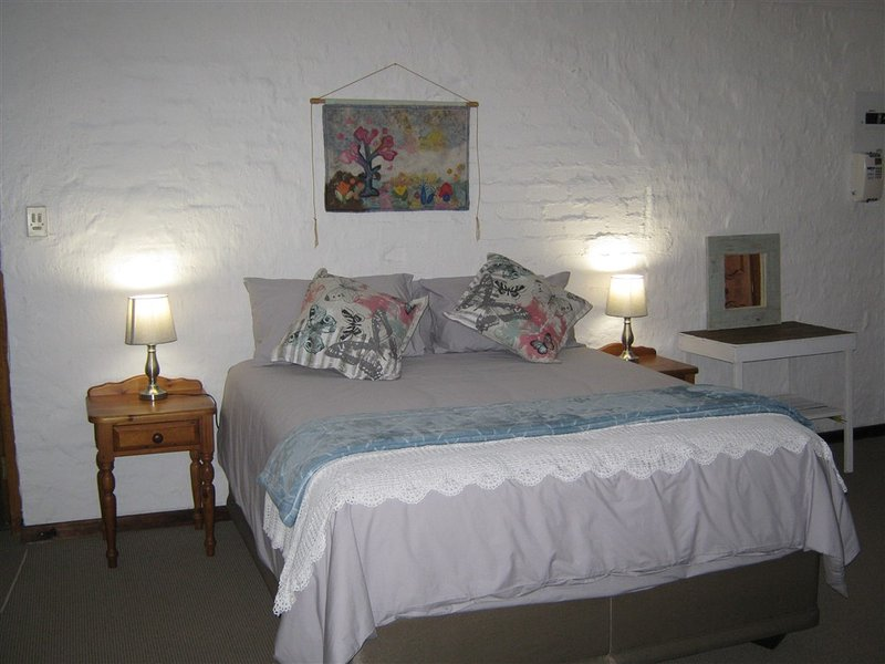 Rheola's Guest Cottage - Spacious 2 beroom (both en suite), longe, dining and farm style kitchen