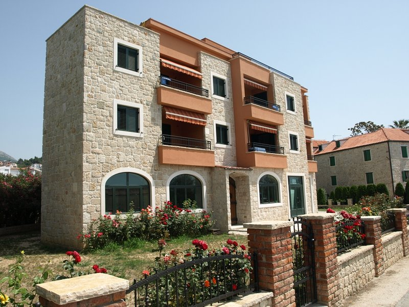 Apartment Vedran with Sea View, vacation rental in Podstrana