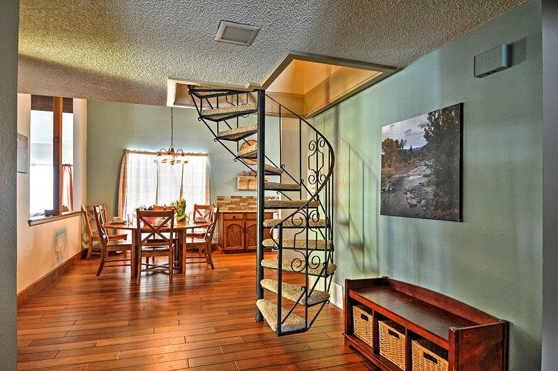 Le charmant escalier en colimaçon mène à la mezzanine avec couchage supplémentaire.