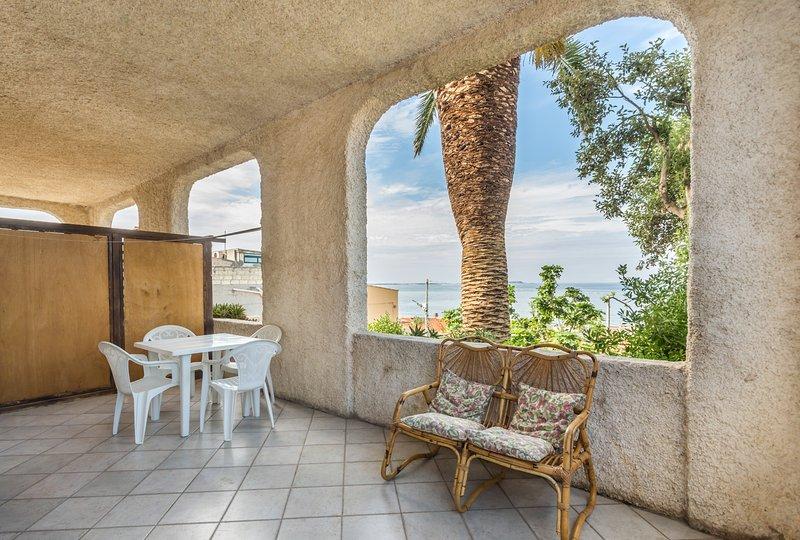 Appartamento con veranda vista mare, holiday rental in Putzu Idu