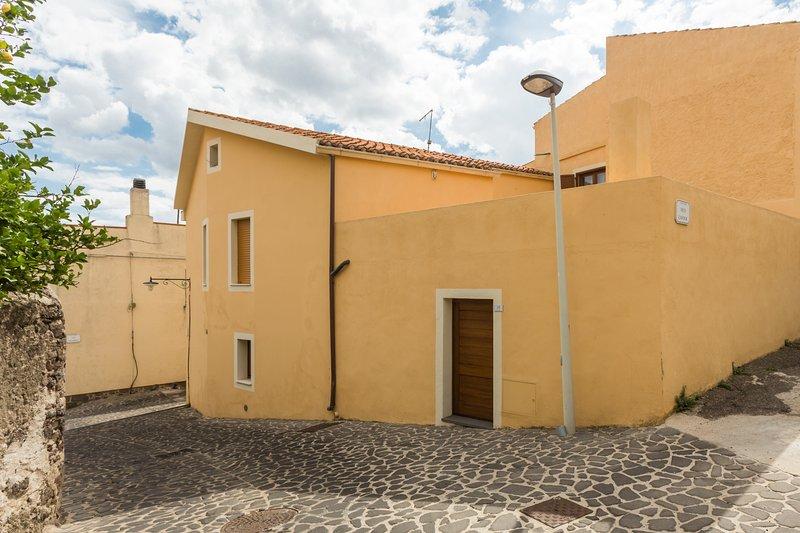 Casa tipica a pochi km dal mare, vacation rental in S'archittu