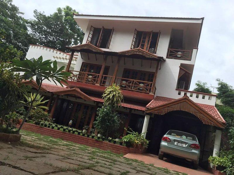 Villa Serena- A  retreat amidst 1 acre  lawn , garden trees in the city, aluguéis de temporada em Bangalore District