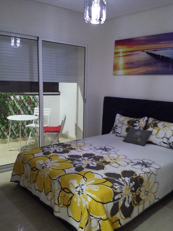 Chambre a couché donnant accès au balcon.