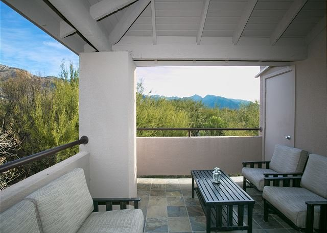2nd floor 1 bedrm/den with private patio and Stunning Mountain Views!, holiday rental in Tucson