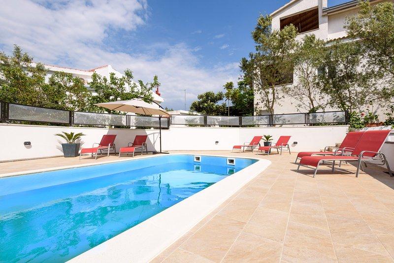 LUX 3BEDROOM apartment with pool, aluguéis de temporada em Slatine