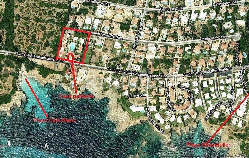 Mapa con vista aérea, señalado el complejo y la cala de enfrente y playa Binisafua. Agua cristalina