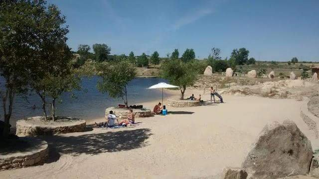 Nuoto zona, canoe e bar sulla spiaggia. Il roccioso.