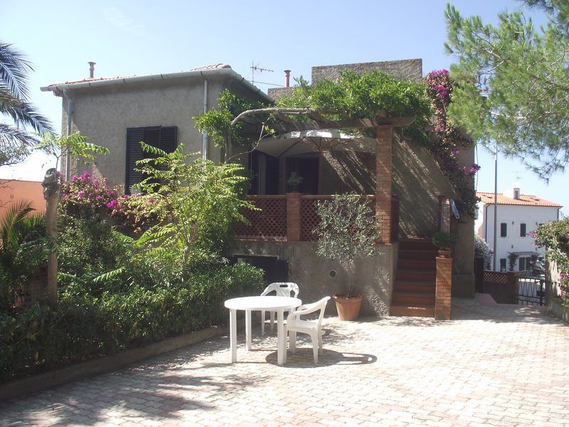 1 avis et 14 photos pour casa sul mare con giardino tripadvisor portoferraio location de - Casa con giardino livorno ...