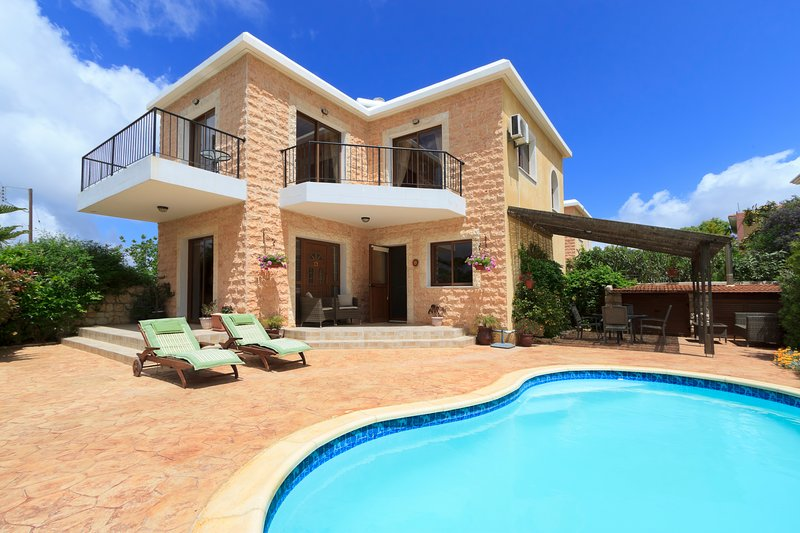 Villa Julieann, 3 Bedroom Luxury Villa, holiday rental in Pano Arodes