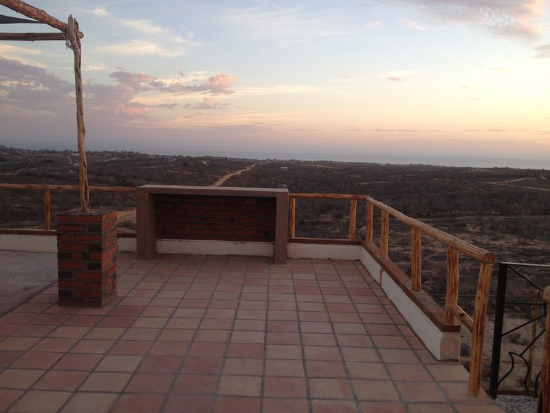 Panoramic Ocean, Mountain, and Town views tranquil off grid but close to town, vacation rental in Todos Santos