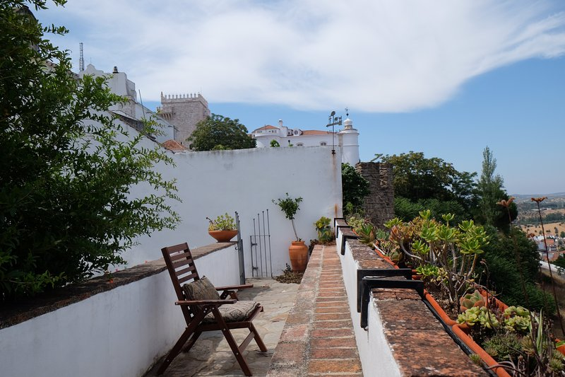 Castle Wall House - Renovated Apartment in Medieval Castle of Estremoz, location de vacances à Vimieiro