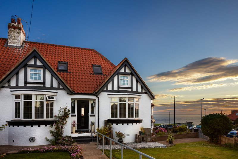 Misty Cottage,. A luxury 5 bedroom cottage with sea views, casa vacanza a Whitby