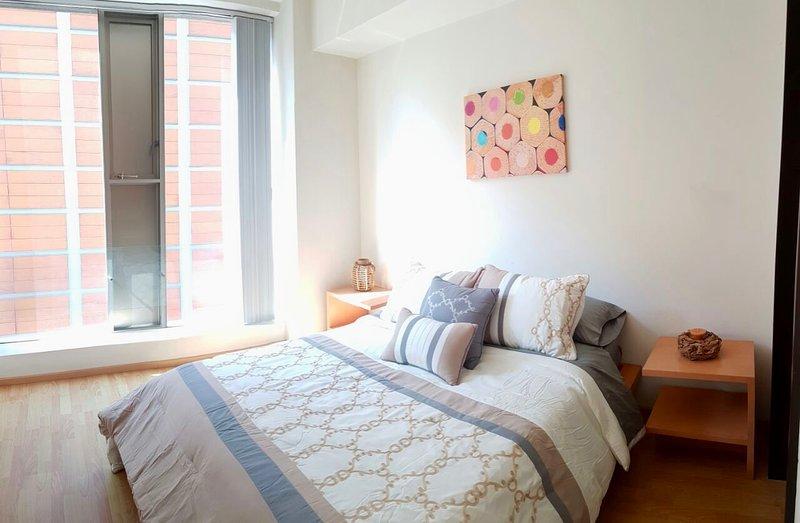 Dormitorio principal con cama queen size