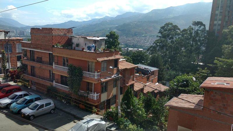 CÓMODA HABITACIÓN CON BALCÓN EN EXCELENTE BARRIO, holiday rental in San Jeronimo