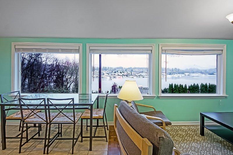 Un tavolo da pranzo che può ospitare quattro con panorami incantevoli - perfetto per il caffè del mattino!