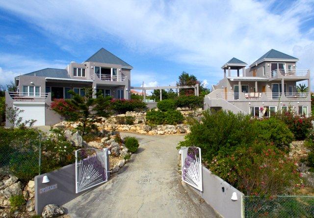Panoramablick. MASTER VILLA nach links und Guest Villa auf der rechten Seite durch Terrasse / Pool verbunden