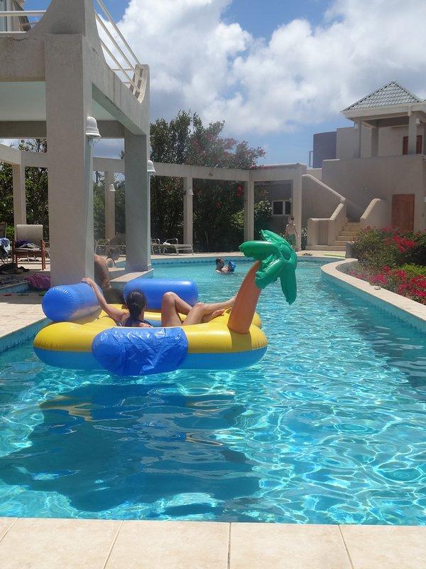 t Spielzeit in der 56x14 ft Pool, während einer der Pars entspannen.