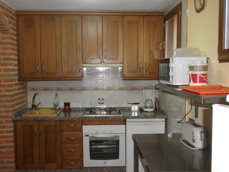 fullt utrustat kök med utstyrsel.