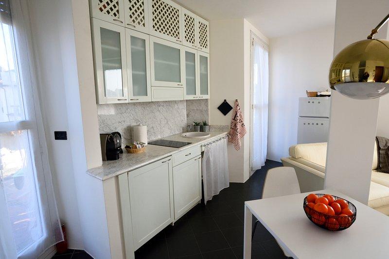 Panoramico, centrale ed esclusivo bilocale Mid Mod, vacation rental in Carimate