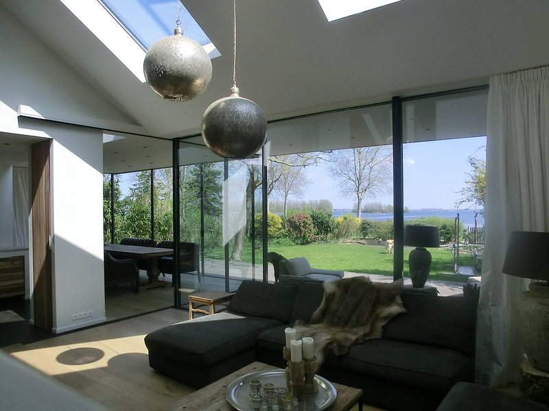 Great family house with amazing view on Gooimeer Lake near Amsterdam, alquiler vacacional en Loosdrecht