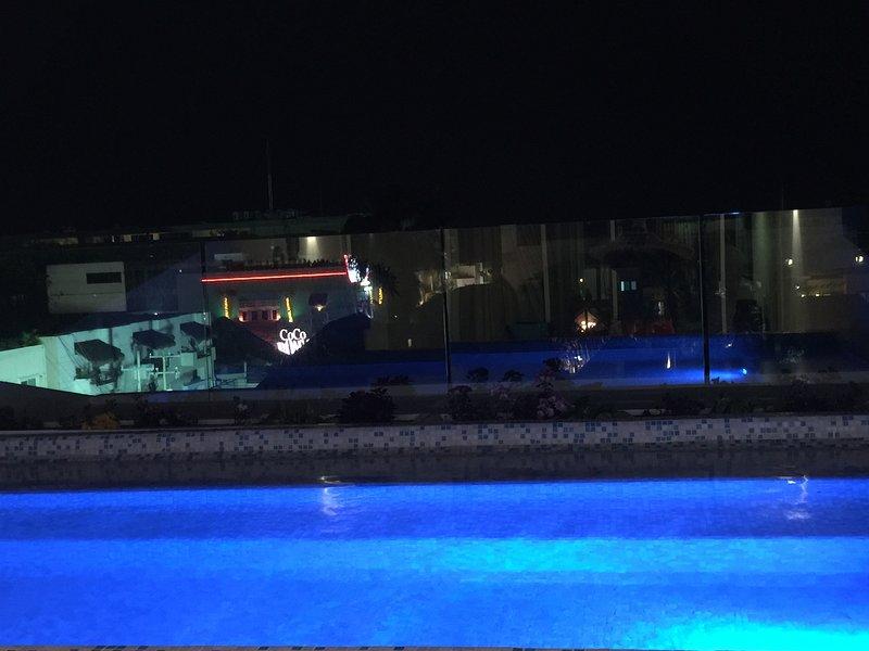 vue nocturne de la piscine à la zone du parti de Playa Del Carmen