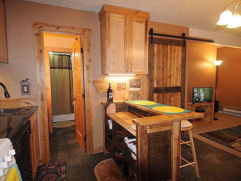 Ver al entrar en este hermoso condominio; cálido, acogedor y atractivo.