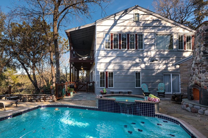 Spring GetAway SALES~'LUXURY GUESTHOUSE CABIN RETREAT'~Prvt/POOL/Hot Tub/Sleeps8, alquiler de vacaciones en Austin