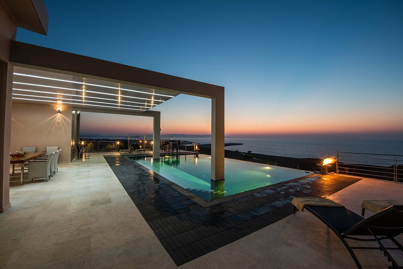 Luxurious villa with infinity pool - ideal for families with children, location de vacances à Kalathas