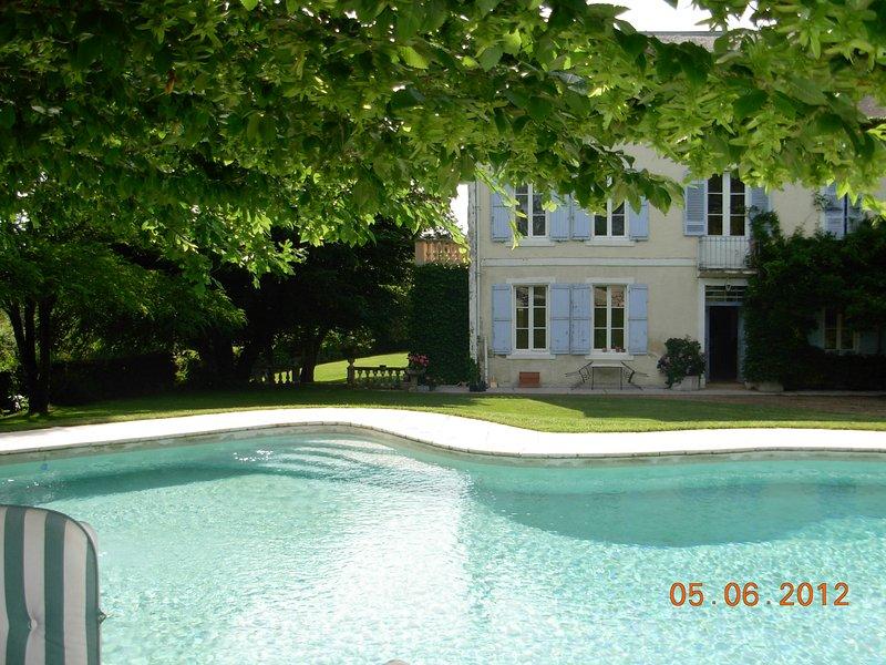 Vue depuis la piscine a la maison principale