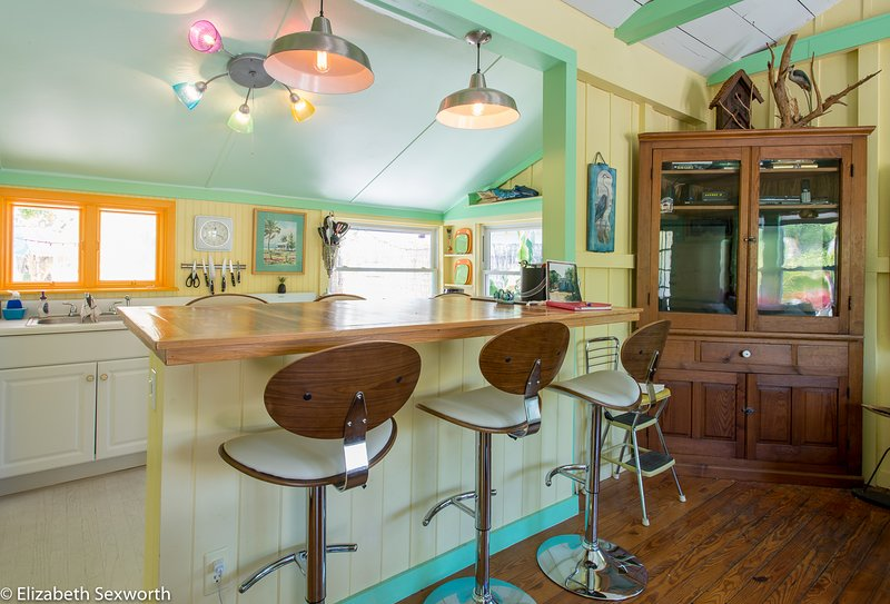 The Shack - Ship Pilot's Cottage in Resort Setting, Treasure Island, vacation rental in Treasure Island