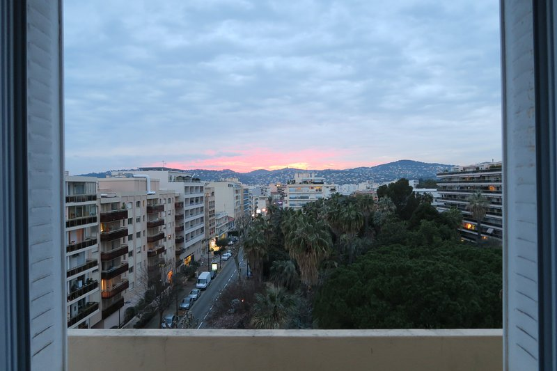 Top floor apartment with panoramic views, 5 minutes from the beach, alquiler vacacional en Juan-les-Pins