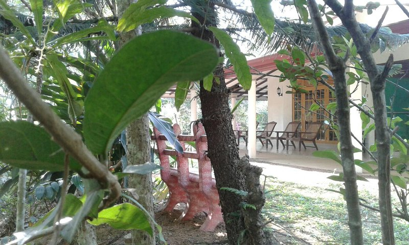 Beautiful Villa under tropical Palms, Ferienwohnung in Moragalla
