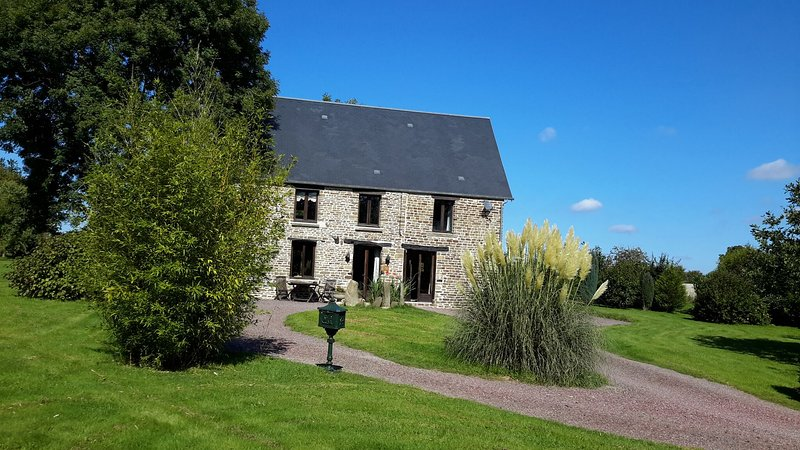 1800s Tastefully renovated Farmhouse. Spa bath,surrounded by Gardens.Village 5k., vacation rental in La Villette
