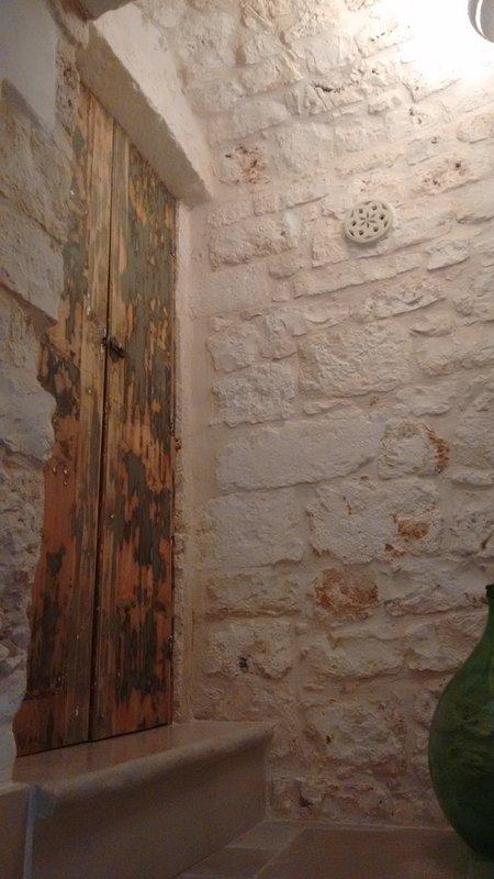 ... De hecho las escaleras hasta el primer piso se encuentran en la piedra