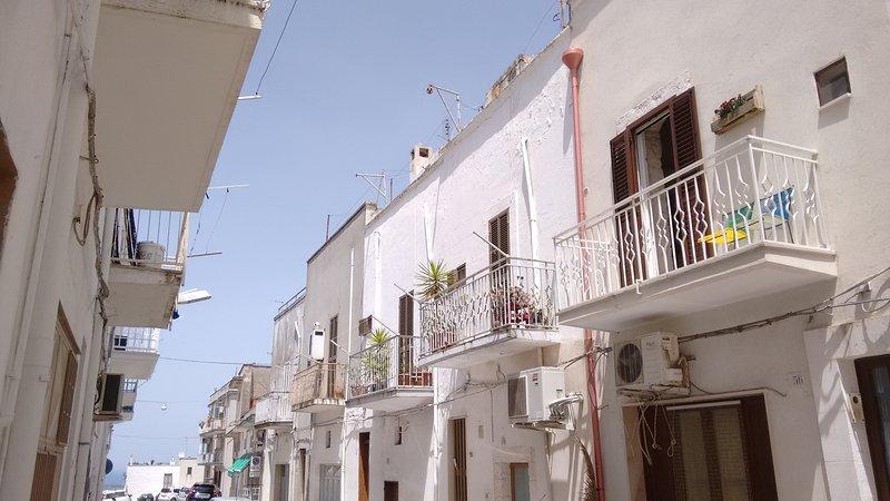 El balcón con una vista sobre el pintoresco callejón y el mar. El estacionamiento será fácil de encontrar